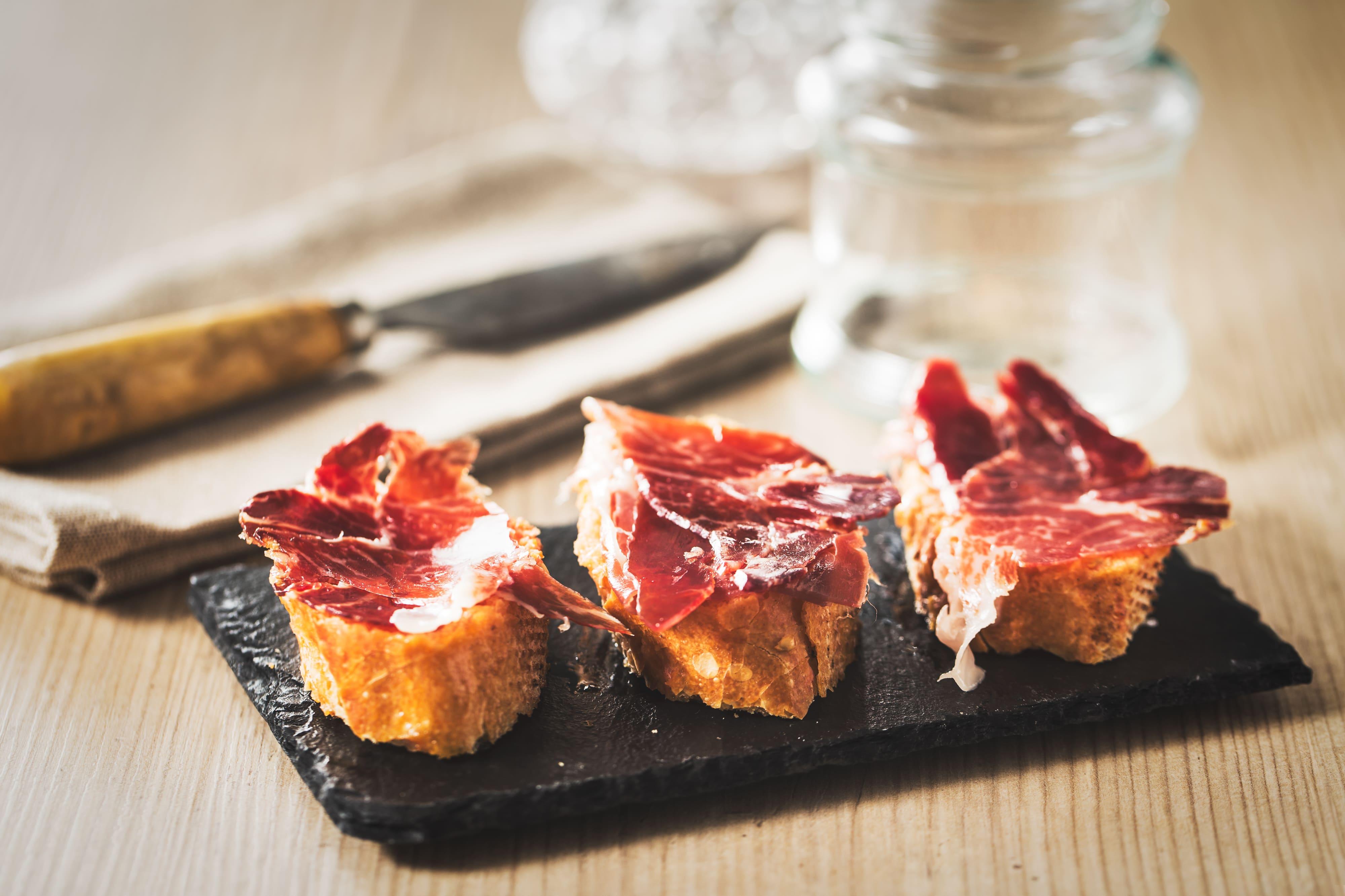 ¿Cuál es el mejor pan para acompañar al jamón ibérico de bellota?